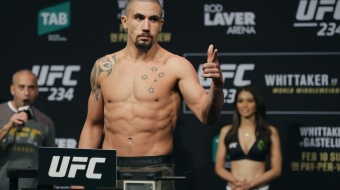Robert Whittaker: 'He's got his left hand, that's all he's got'